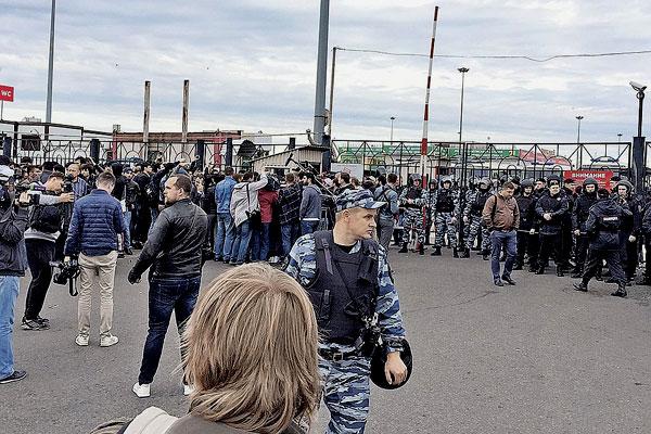 По одной из версий, мигрант отказался платить чоповцам за свое право работать на рынке. Фото: instagram.com/roma86shmatov и Станислав Красильников/ТАСС