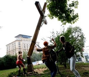 ФЭМЭН срезают поклонный крест