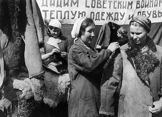 Работницы казанского кожевенного завода изготавливают полушубки для  фронта