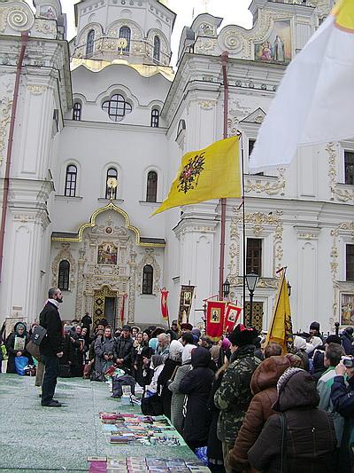 В Киеве в День русского единства пошел крестный ход под имперскими флагами (ФОТО)