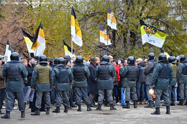 Оп(м)оновцы преградили путь участникам Русского Марша идущим к ДК Самарец