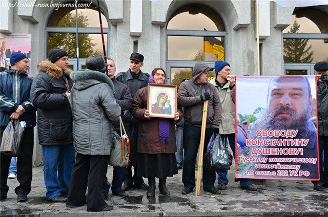 Христинин А.В. раздаёт памятные календари о Русском Марше
